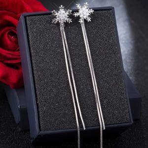 Silver christmas snowflake stud earrings NWOT